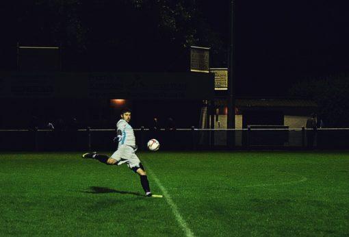 Sportsmetaforer - fodbold - ligge lige til højrebenet